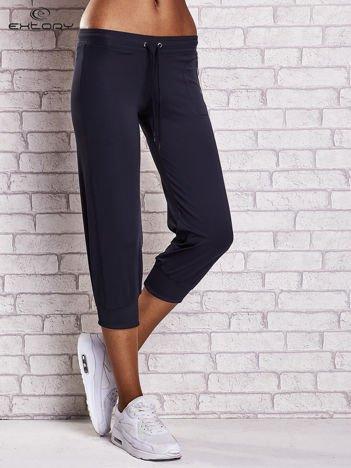Granatowe spodnie damskie capri z wszytą kieszonką