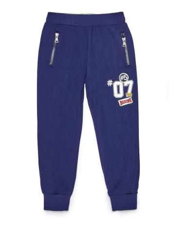 Granatowe spodnie dresowe chłopięce z naszywkami