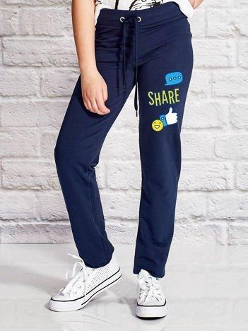 Granatowe spodnie dresowe dla dziewczynki z emotikonami