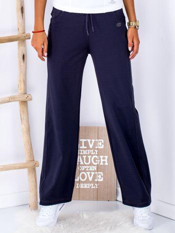 Granatowe spodnie dresowe o prostym kroju PLUS SIZE