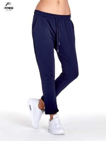 Granatowe spodnie dresowe z powijaną nogawką