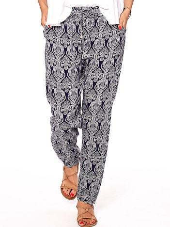 Granatowe spodnie w ornamentowe wzory