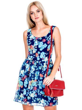 Granatowo-niebieska sukienka w kolorowe kwiaty