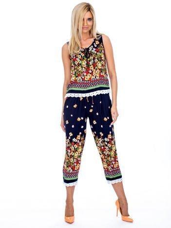 Granatowy komplet damski w kolorowe wzory top i spodnie
