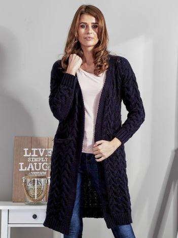 Granatowy otwarty sweter w warkoczowe sploty
