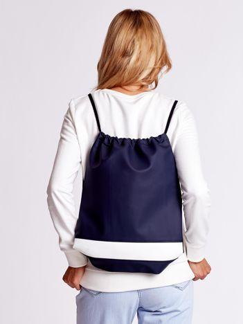 Granatowy plecak worek z białą wstawką