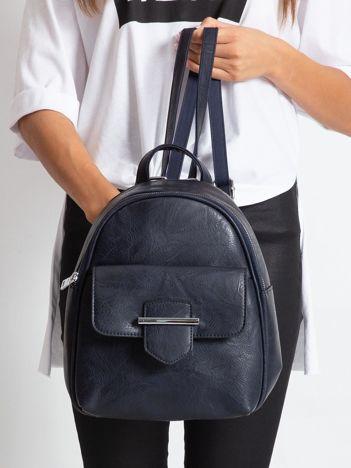 Granatowy plecak z klapką