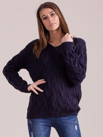 Granatowy pleciony sweter