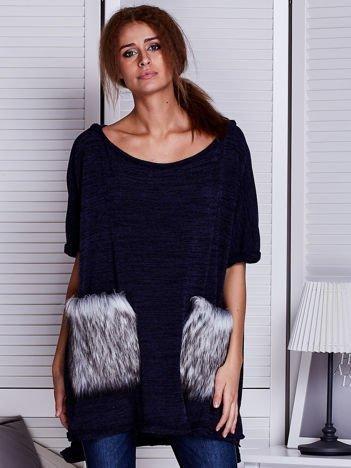Granatowy sweter z futrzanymi kieszeniami