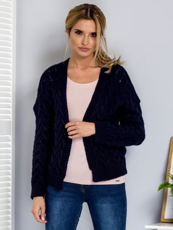 Granatowy sweter z otwartym dekoltem w warkoczowe sploty