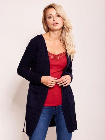 Granatowy sweter z paskiem
