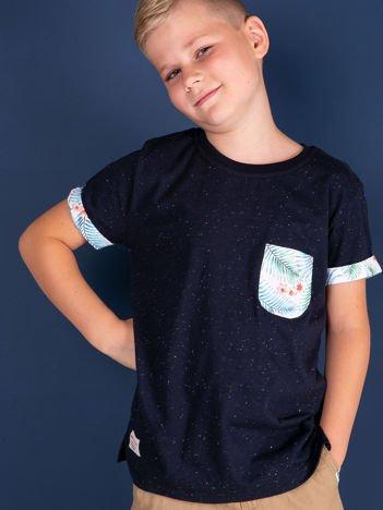 Granatowy t-shirt dla chłopca z egzotycznymi motywami