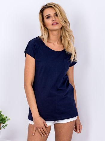 Granatowy t-shirt z kieszonką i guzikami na ramionach