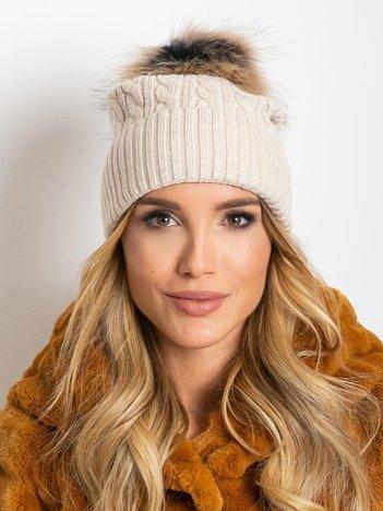 Jasnobeżowa czapka ze ściągaczem i futrzanym pomponem