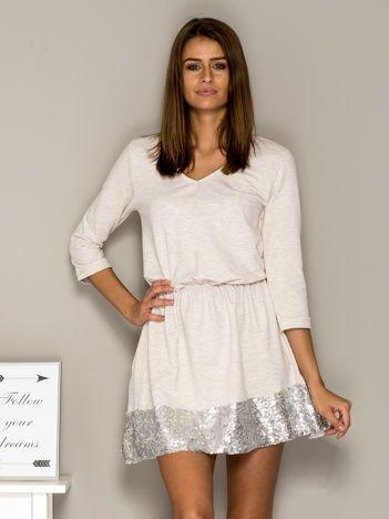 Jasnobeżowa sukienka dresowa z cekinowym wykończeniem