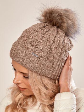 Jasnobrązowa czapka w warkoczowy splot