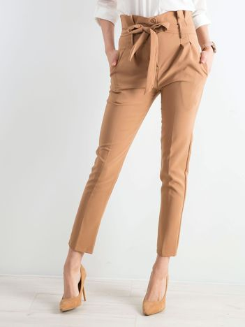 Jasnobrązowe spodnie z wiązaniem w talii