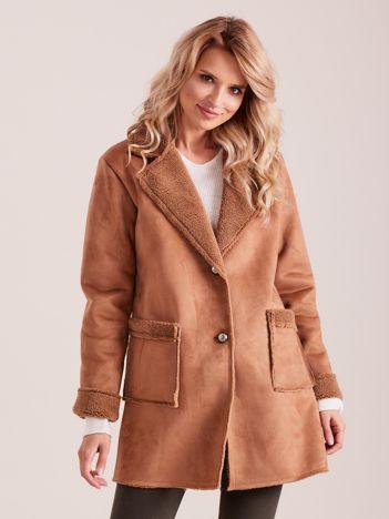 Jasnobrązowy płaszcz ze sztucznego futra