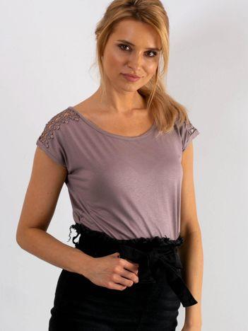 Jasnofioletowy t-shirt z koronką na rękawach