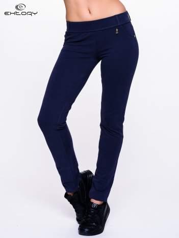 Jasnogranatowe spodnie dresowe ze złotymi napami