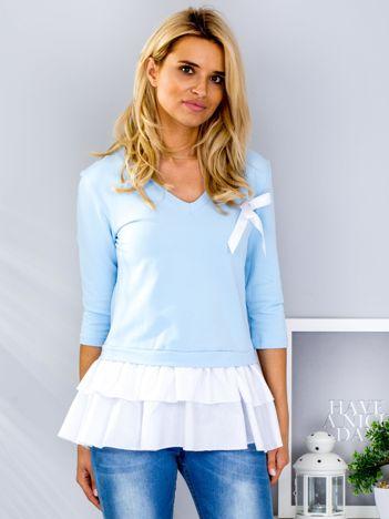 Jasnoniebieska bluza z warstwową falbaną