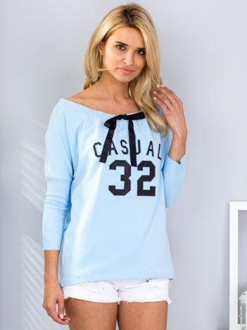 Jasnoniebieska bluza z wypukłym napisem