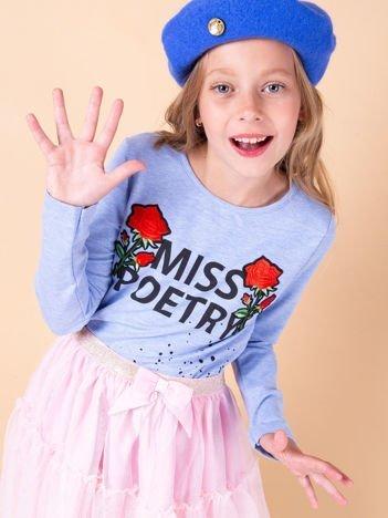 Jasnoniebieska bluzka dziewczęca z napisem i naszywkami