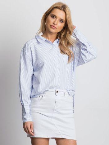 Jasnoniebieska koszula z biżuteryjnym kółkiem
