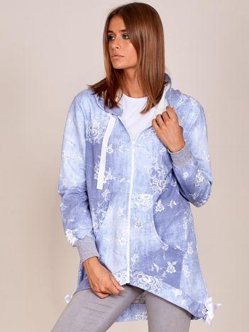 Jasnoniebieska rozpinana bluza w kwiaty z asymetrycznym dołem