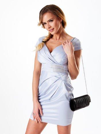 Jasnoniebieska satynowa sukienka z błyszczącą aplikacją