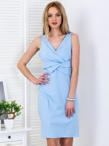 Jasnoniebieska sukienka z drapowaniami przy dekolcie