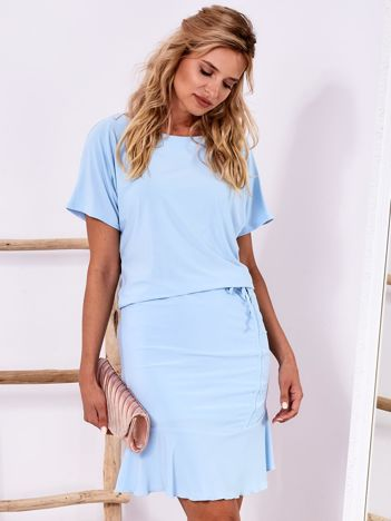 Jasnoniebieska sukienka z drapowaniem i wycięciem łezką z tyłu