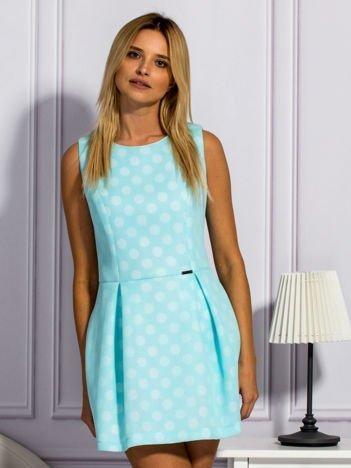 Jasnoniebieska warstwowa sukienka w grochy
