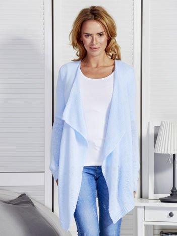 Jasnoniebieski sweter z kaskadowym dekoltem