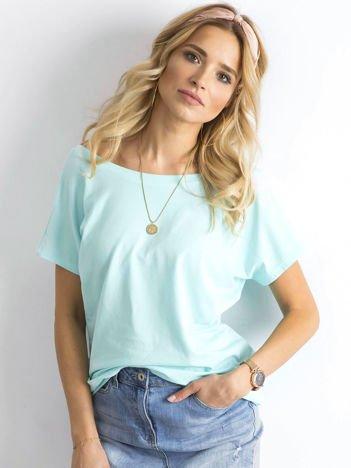 Jasnoniebieski t-shirt z dekoltem na plecach