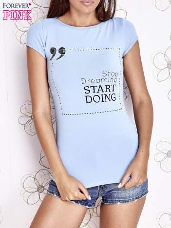 Jasnoniebieski t-shirt z napisem STOP DREAMING START DOING