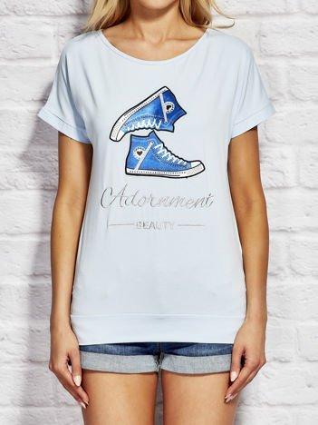 Jasnoniebieski t-shirt z trampkami