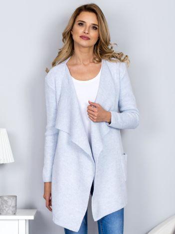 Jasnoniebieski wełniany sweter z luźnymi połami