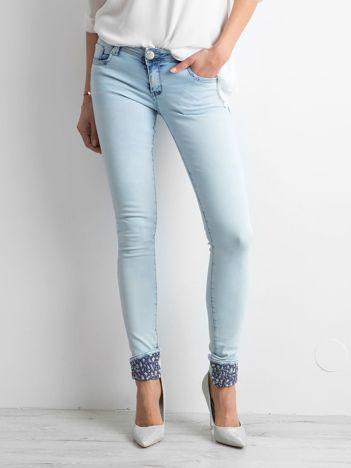 Jasnoniebieskie jeansowe rurki z aplikacją