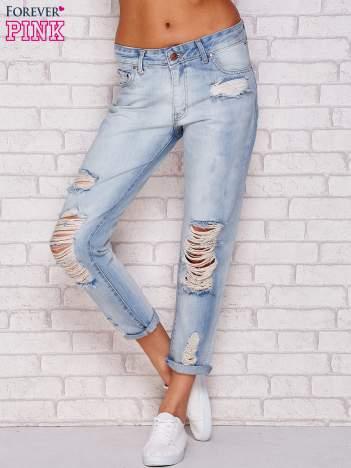 Jasnoniebieskie jeansy boyfriend z dziurami