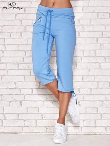 Jasnoniebieskie spodnie dresowe capri z kieszonką
