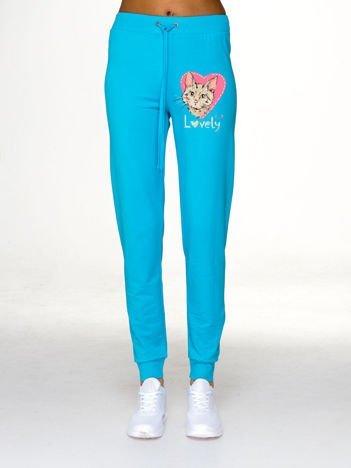 Jasnoniebieskie spodnie dresowe z nadrukiem kota