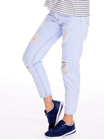 Jasnoniebieskie spodnie mom jeans z dziurami