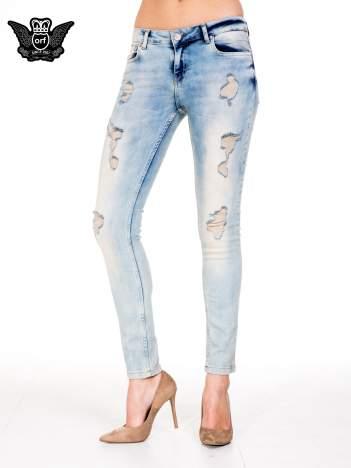 Jasnoniebieskie spodnie skinny jeans z przetarciami