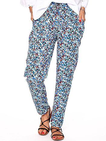 Jasnoniebieskie spodnie w abstrakcyjne wzory