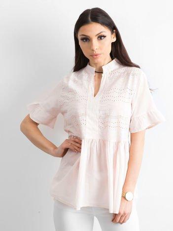 Jasnoróżowa ażurowa bluzka z falbanami na rękawach