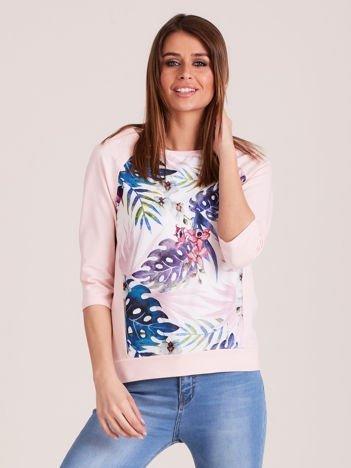 Jasnoróżowa bluza z motywem egzotycznych roślin