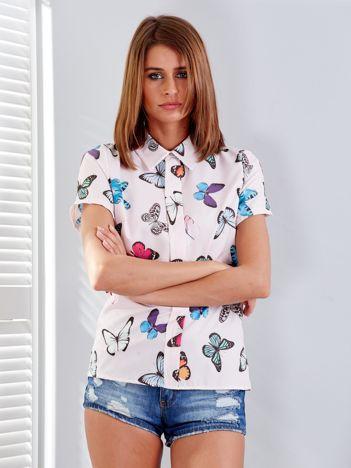 Jasnoróżowa bluzka w kolorowe motyle