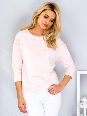 Jasnoróżowa bluzka z falbankami i perełkami
