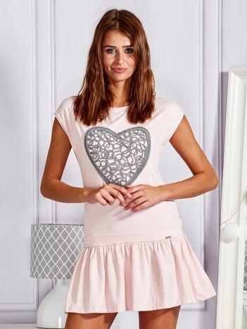 Jasnoróżowa dresowa sukienka tenisowa z aplikacją serca